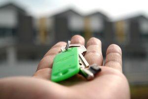 des clés de maison posées dans les mains d'un agent immobilier